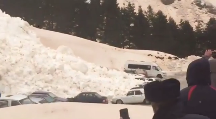 Lawina przy ośrodku narciarskim. Zaparkowane auta znalazły się pod śniegiem