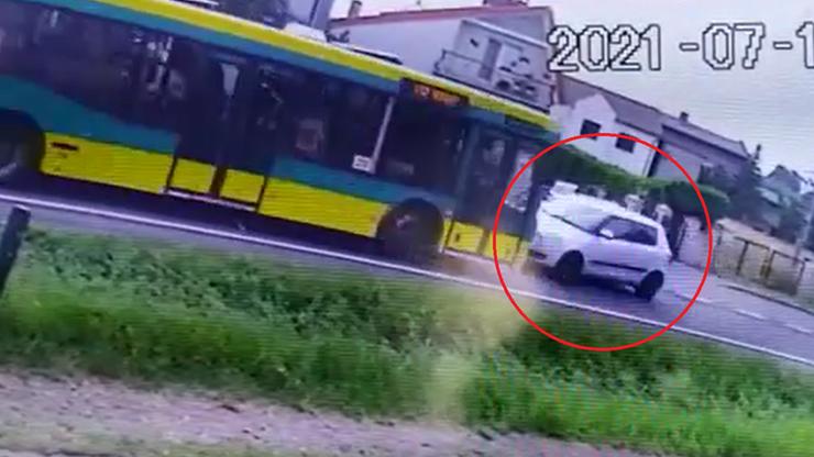 Śląskie. Czołowe zderzenie skody z miejskim autobusem w Wieszowie. Policja opublikowała nagranie