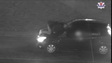 Wszedł na maskę jadącego samochodu i... pocałował szybę. Szuka go policja